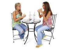 härligt ha unga kvinnor för lunch tillsammans Royaltyfri Bild