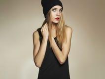 härligt hattkvinnabarn blond flicka för skönhet i lock tillfällig wear Vinter Royaltyfria Bilder