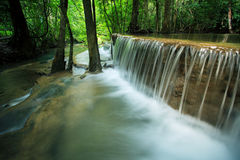 Härligt hauy maekaminvatten faller i djup skogkanchanaburi Arkivfoto