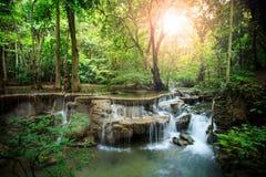 Härligt hauy maekaminvatten faller i djup skogkanchanaburi Arkivfoton