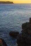härligt hav över solnedgång bakgrundshavet sänder soluppgång Arkivfoton