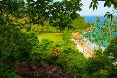Härligt hav Apo Filippinerna, sikt på östrandlinje övre sikt Arkivfoto