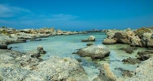 Härligt hav i Kreta Grekland Elafonisi ö av hjortar arkivbilder