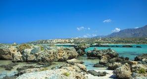 Härligt hav i Kreta Grekland Elafonisi ö av hjortar arkivfoto
