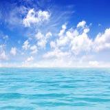 Härligt hav med den blåa skyen Royaltyfri Bild
