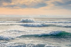 Härligt hav med enorma vågor royaltyfria foton
