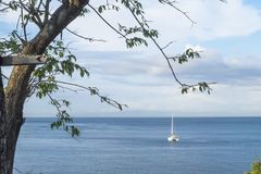 Härligt hav med segelbåten på bakgrund arkivbild