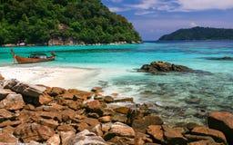 Härligt hav och strand på den tropiska ön Royaltyfri Fotografi