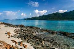 Härligt hav på den tropiska ön Arkivfoton