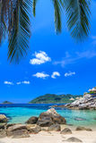 Härligt hav på den tropiska ön med kristallklart vatten Royaltyfria Foton