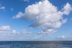 Härligt hav under molnig blå himmel Royaltyfria Bilder