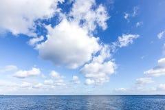 Härligt hav under molnig blå himmel Royaltyfria Foton