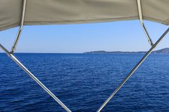Härligt hav under sommarferier Taget från yachten på en solig dag Saronic golf, Grekland Royaltyfria Bilder