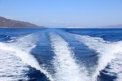 Härligt hav under sommarferier Tillbaka sikt från yachten på en solig dag Saronic golf, Grekland Royaltyfria Bilder