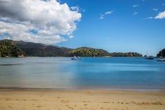 Härligt havlandskap med sandig en strand- och fartygsikt, Abel Tasman National Park Royaltyfri Foto
