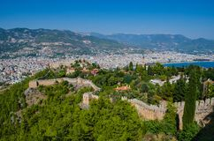 Härligt havslandskap av den Alanya slotten i det Antalya området, Turkiet Forntida slott i bakgrunden av berg Royaltyfri Foto