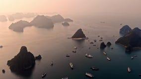Härligt havslandskap från flycam i mummel lång fjärd, Vietnam Halongbay ?r v?rldsnaturarvet av Quang Ninh, Vietnam stock video