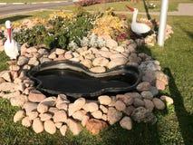 Härligt hemlagat stenar dammet av kullersten på gatan under den öppna himlen Hemlagad landskapdesign royaltyfria foton