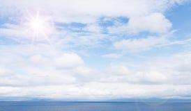 Härligt himmel- och blåtthav molnig havssky Havssommarskott Arkivfoton