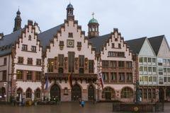 Härligt historiskt hus i mitten av Frankfurt - är - strömförsörjning germany royaltyfri foto
