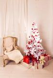 Härligt holdiay dekorerat rum med jul arkivbilder