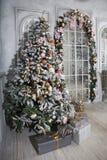 Härligt holdiay dekorerat rum med julgranen royaltyfri foto