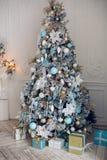Härligt holdiay dekorerat rum med julgranen Royaltyfria Foton