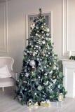 Härligt holdiay dekorerat rum med julgranen Arkivfoto