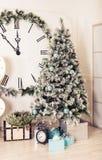 Härligt holdiay dekorerat rum med julgranen och gåvor under den royaltyfri foto