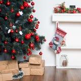 Härligt holdiay dekorerat rum med julgranen och gåvor under den Garneringar för nytt år royaltyfri bild
