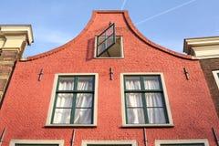 Härligt holländskt kanalhus, blå himmel Royaltyfri Bild