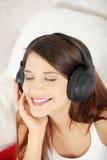härligt home lyssnande musikkvinnabarn Arkivbilder