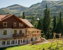 Härligt hotell i bergen arkivbild