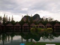 Härligt hotell som omges av berg royaltyfri bild