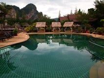 Härligt hotell som omges av berg royaltyfri foto