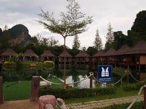 Härligt hotell som omges av berg royaltyfri fotografi
