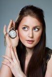 härligt hur lyssnar tickswatchkvinnan Royaltyfri Fotografi