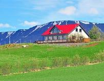 Härligt hus i berg arkivfoto