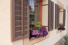 Härligt hus i byn Brixen im Thale i Österrike royaltyfri fotografi