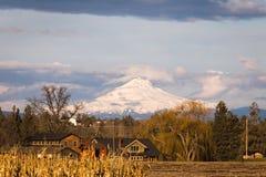 Härligt hus med dramatiska Mountain View Arkivbilder
