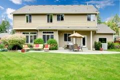 Härligt hus med trädgårdsittingområde. Royaltyfria Bilder
