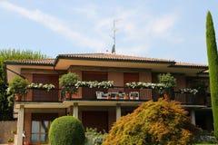 Härligt hus på sjön Garda arkivfoto