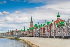Härligt hus på stranden av Bruges Republiken av Mari El, Yoshkar-Ola, Ryssland 05/21/2016 Royaltyfri Foto