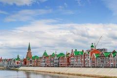 Härligt hus på stranden av Bruges Republiken av Mari El, Yoshkar-Ola, Ryssland 05/21/2016 Royaltyfria Bilder