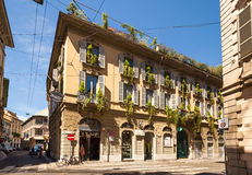 Härligt hus som dekoreras med blommor i Milan italy Royaltyfria Bilder
