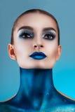 härligt idérikt flickasmink Blåa kanter för ljusa färger Begreppsmässig konst kosmoset, universumet royaltyfri bild
