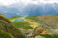 Härligt idylliskt fjällänglandskap med sjön och berg i sommar royaltyfria bilder