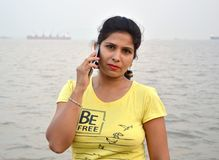 Härligt indiskt kvinnaståendeanseende i fartyg arkivfoto