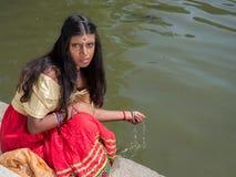 Härligt indiskt prinsessasammanträde på sjökusten Arkivfoton