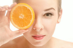 Härligt innehavstycke för ung kvinna av apelsinen Royaltyfri Fotografi
